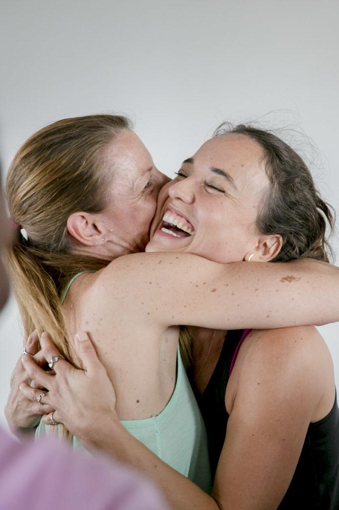 2 Teilnehmer der Yoga Conference Köln umarmen sich | Foto: Hanna Witte