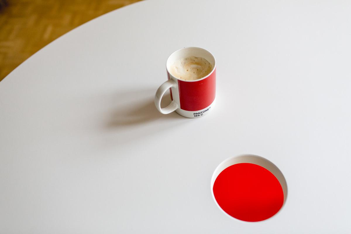 Foto einer rot-weißen Kaffeetasse auf einem Tisch | Foto: Hanna Witte
