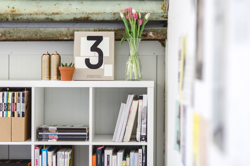 Businessfoto eines Bücherregals in einer Agentur | Foto: Hanna Witte