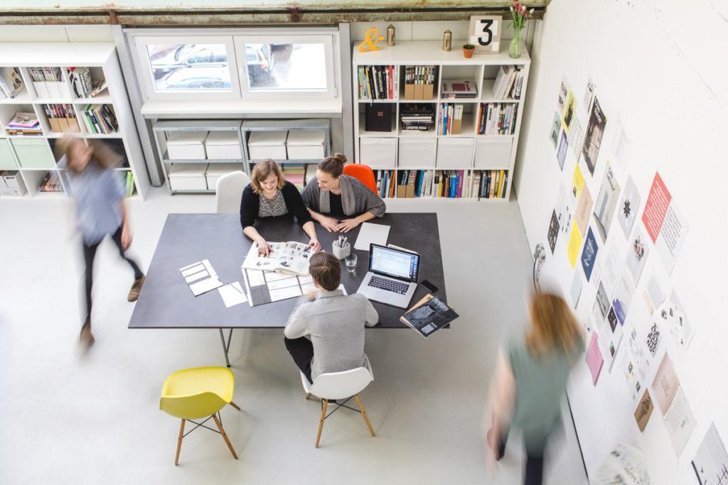 Foto von Mitarbeitern einer Design Agentur bei der Arbeit | Foto: Hanna Witte