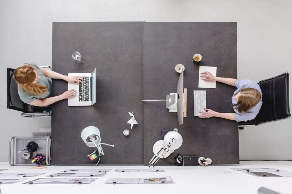 2 Frauen arbeiten an ihren Computern | Foto: Hanna Witte