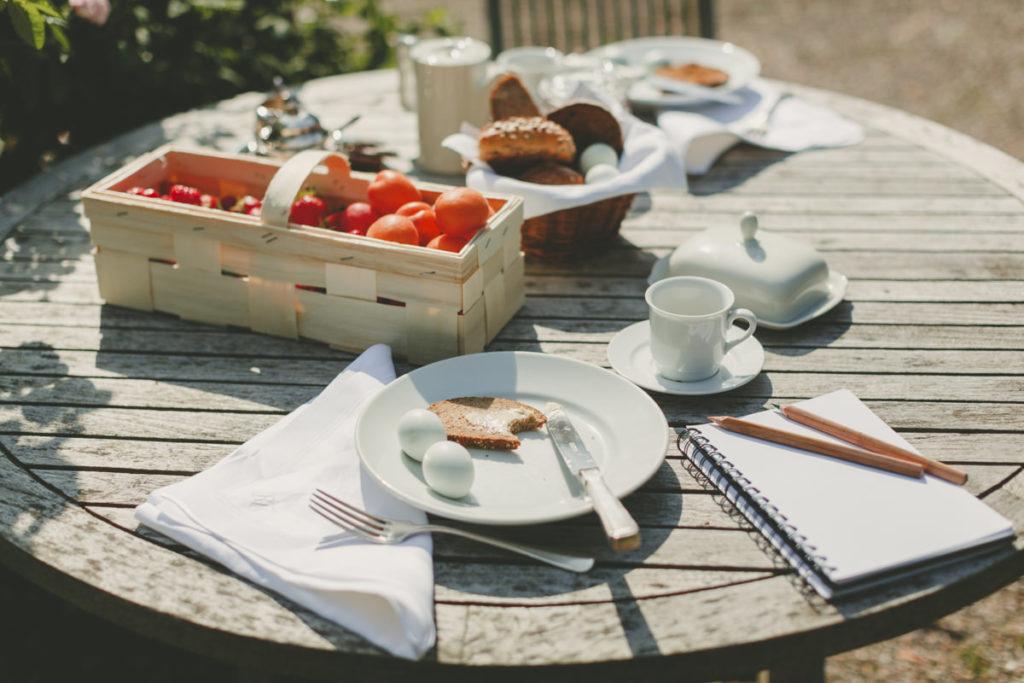 Foto von einem Frühstückstisch im Garten | Foto: Hanna Witte