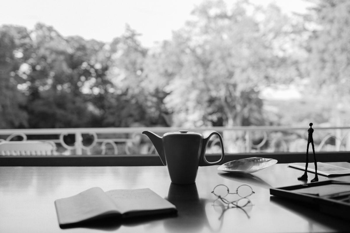 Foto einer Kaffeekanne vor einem offenen Fenster | Foto: Hanna Witte