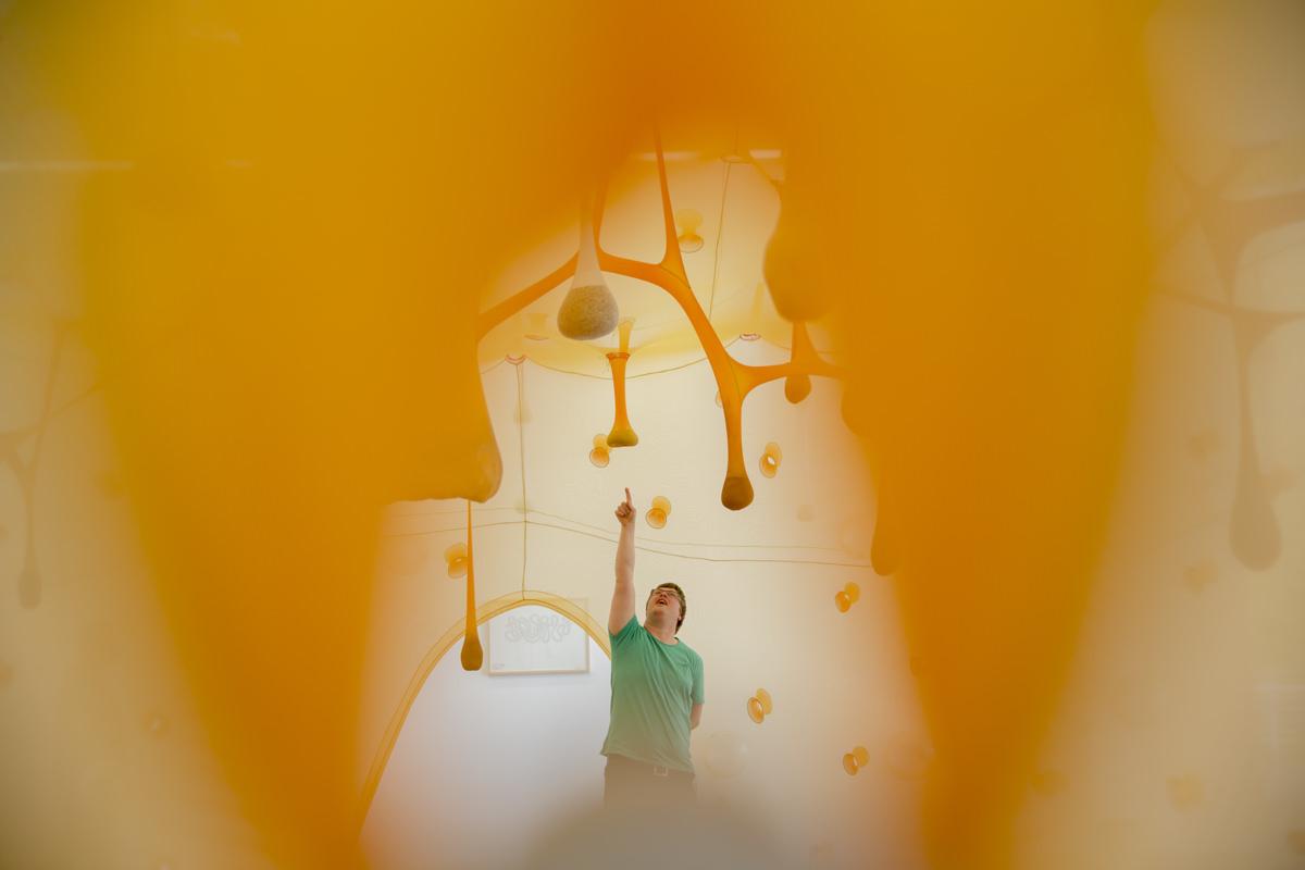Foto in einem Museum mit gelber Kunstinstallation | Foto: Hanna Witte
