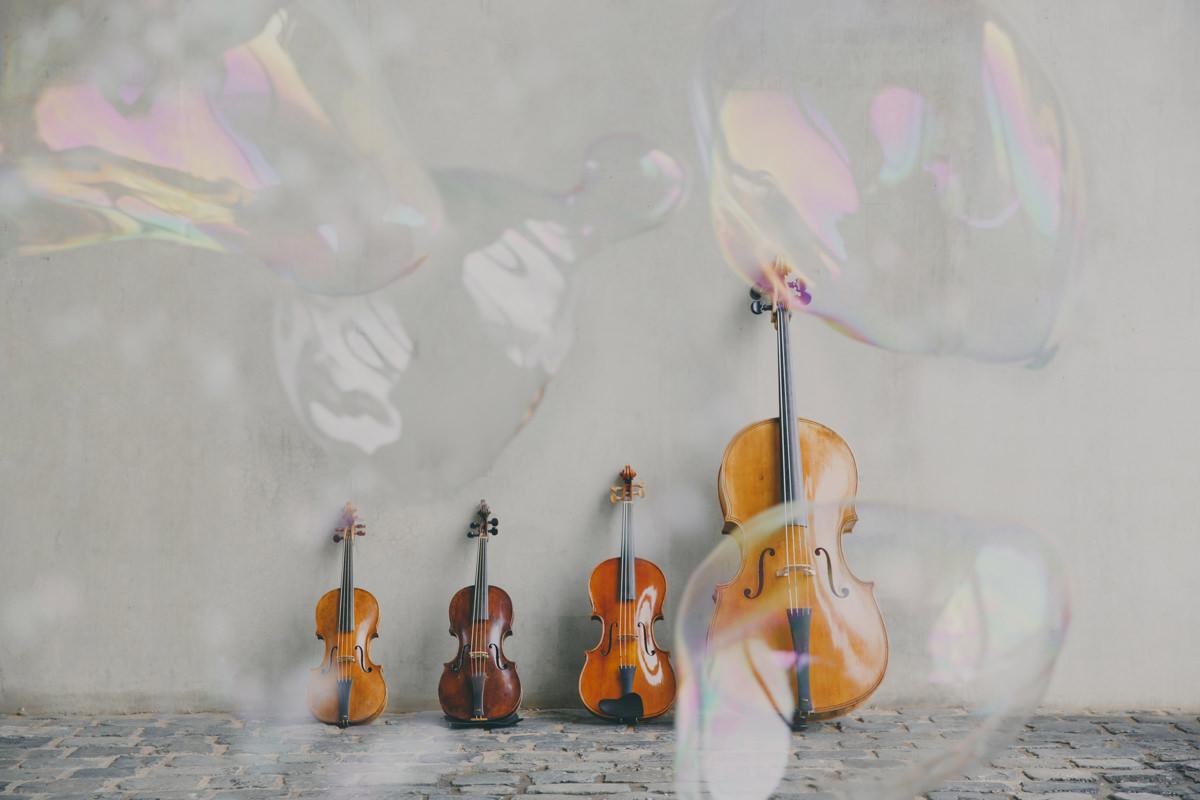 Foto von Geigen und einem Cello, die an einer Wand lehnen | Foto: Hanna Witte