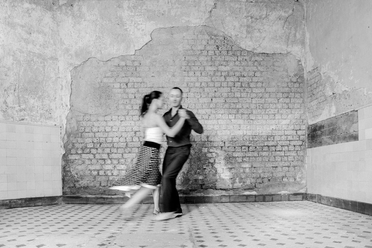 Foto von einem tanzenden Paar vor einer Backsteinwand | Foto: Hanna Witte