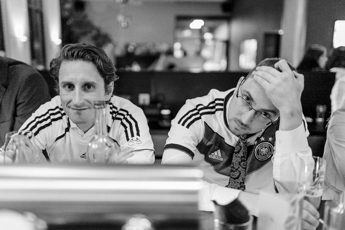 Portraitfoto von 2 Fussbal Fans beim Fussball schauen in einer Bar | Foto: Hanna Witte