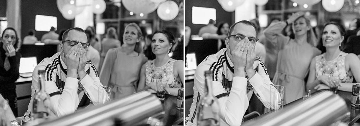 Portraitfoto von Fussbal Fans beim Fussball schauen in einer Bar | Foto: Hanna Witte