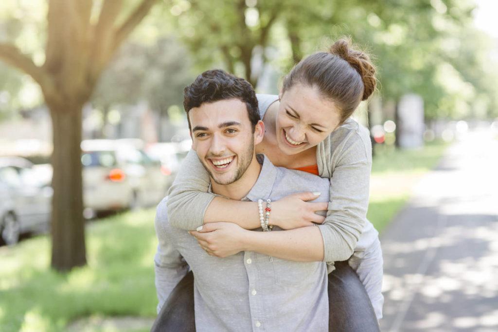 ein Mann trägt eine lachende Frau auf dem Rücken | Foto: Hanna Witte