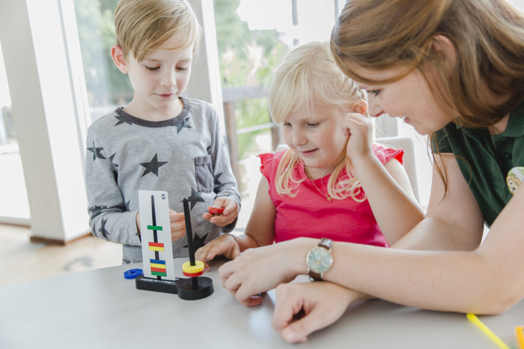 Foto von einer Betreuerin beim Spielen mit 2 Kindern | Foto: Hanna Witte