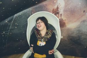 Foto einer lachenden Frau mit Down Syndrom | Foto: Hanna Witte