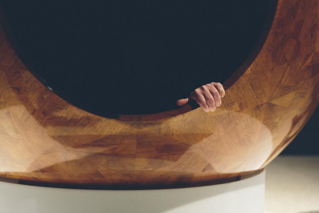 Foto einer Hand an einem Kunstobjekt | Foto: Hanna Witte