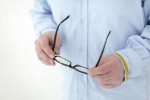 Foto von einer Brille in den Händen eines Mannes | Foto: Hanna Witte