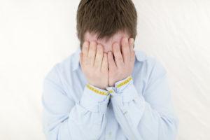 Foto von einem Mann mit Down Syndrom, der die Hände vor sein Gesicht hält | Foto: Hanna Witte