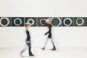 Foto von laufenden Menschen in einem Museum | Foto: Hanna Witte