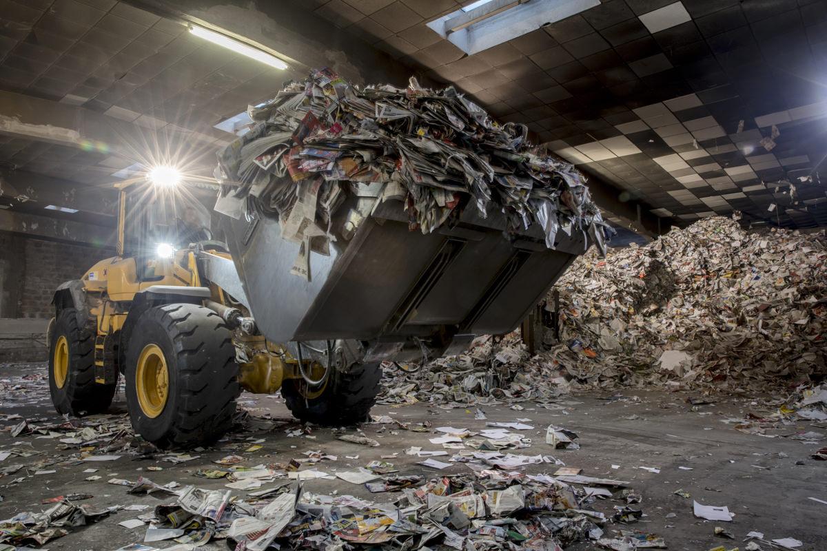 Industriefotografie und Firmeportrait eines Baggers bei der Arbeit für ein Unternehmen für Abfallentsorgung