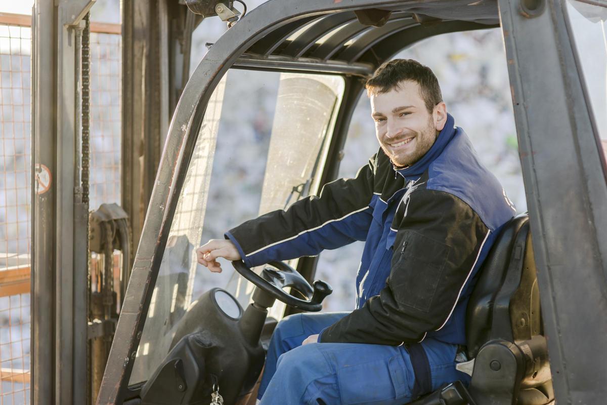 Mitarbeiterportrait eines Gabelstaplerfahrers des Entsorgungsfachbetriebs Bartscherer aus Berlin