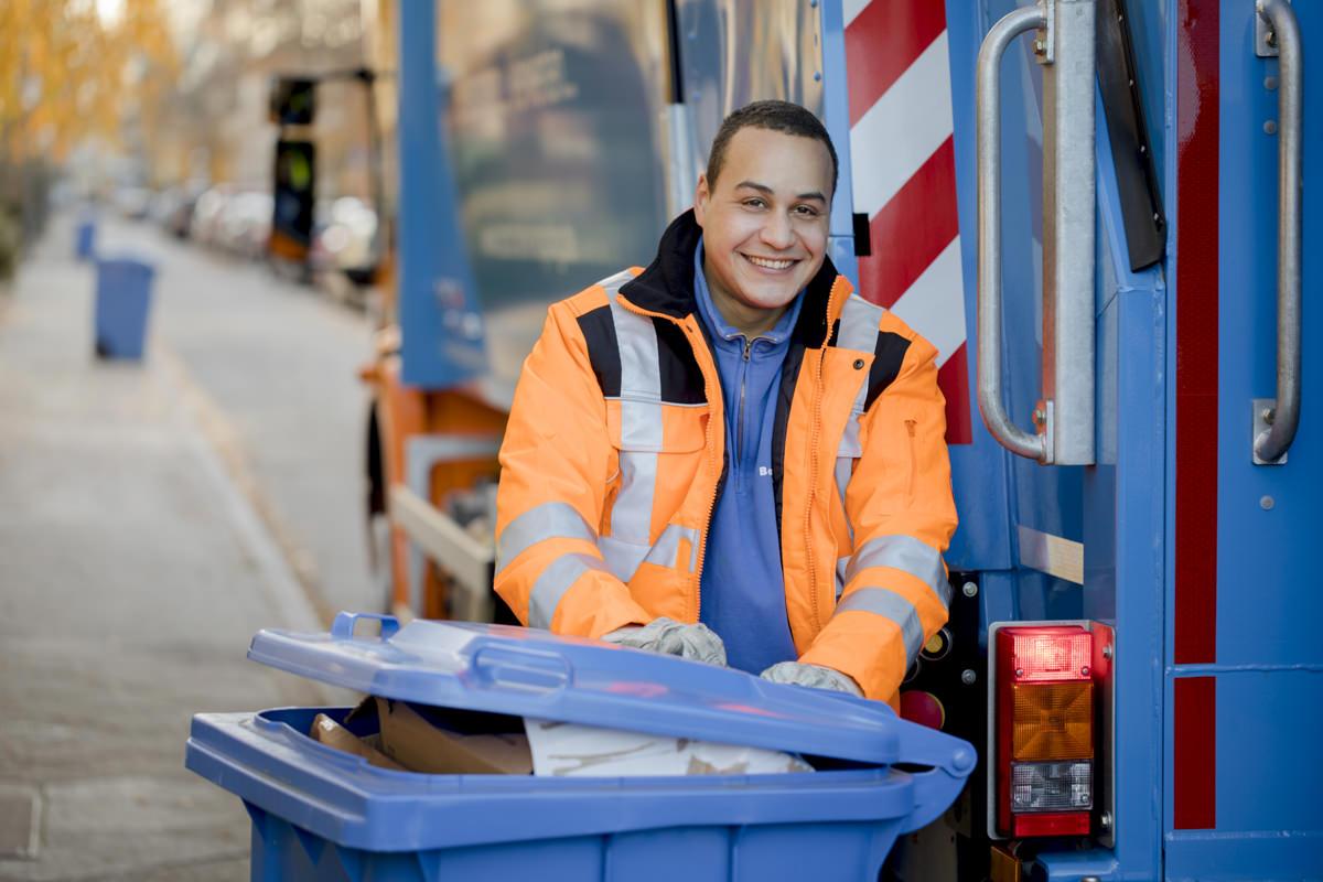 Mitarbeiterportrait eines Abfallentsorgers des Recycling Unternehmens Bartscherer aus Berlin