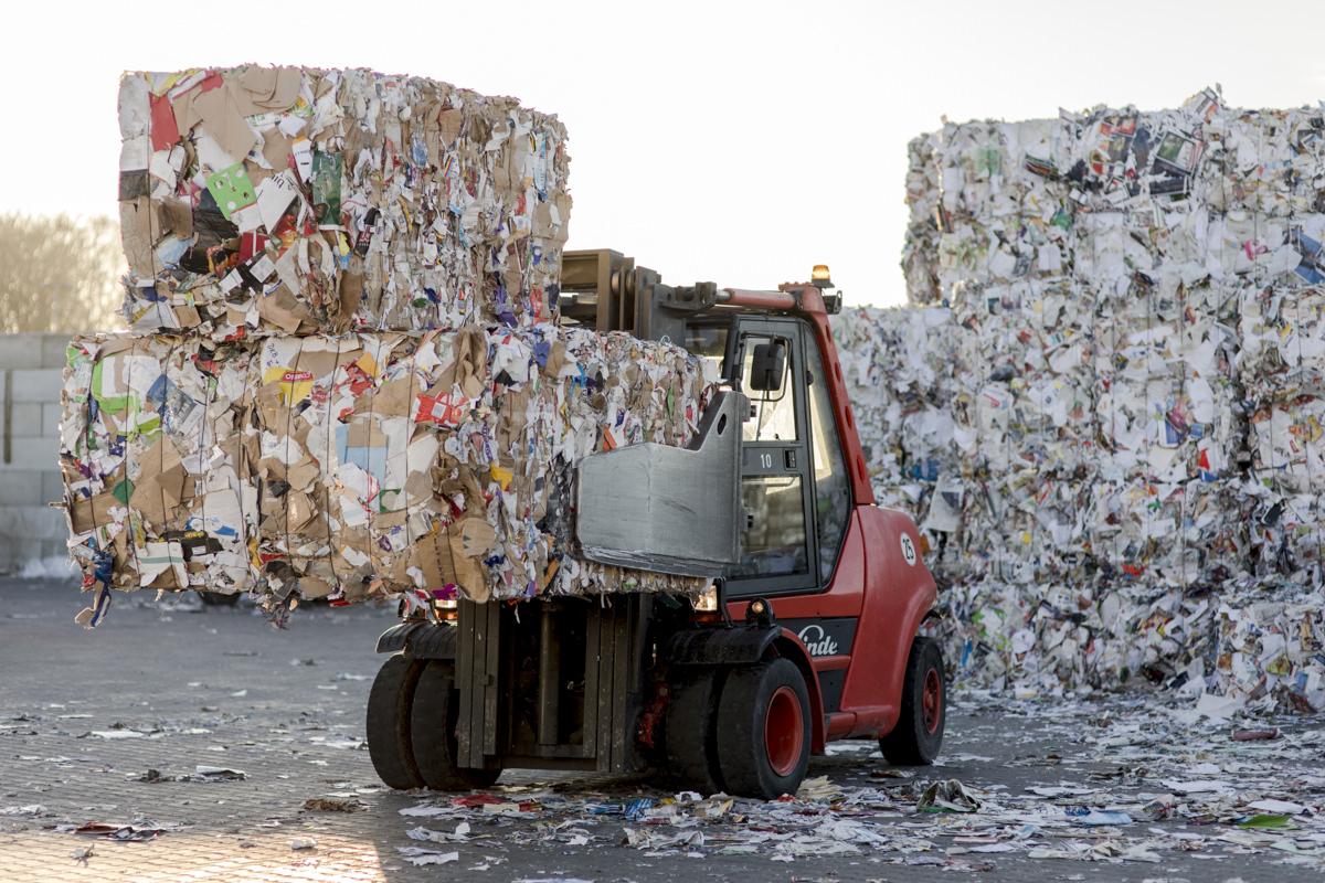 Unternehmensfotografie von einem Gabelstapler bei der Arbeit für einen Entsorgungsfachbetrieb in Berlin