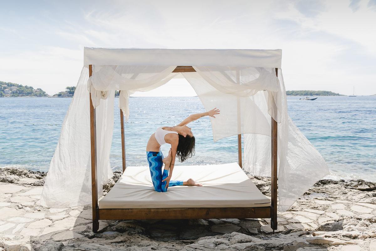 Yoga Portrait von Yoga Lehrerin Andrea Sauter am Meer in Kroatien