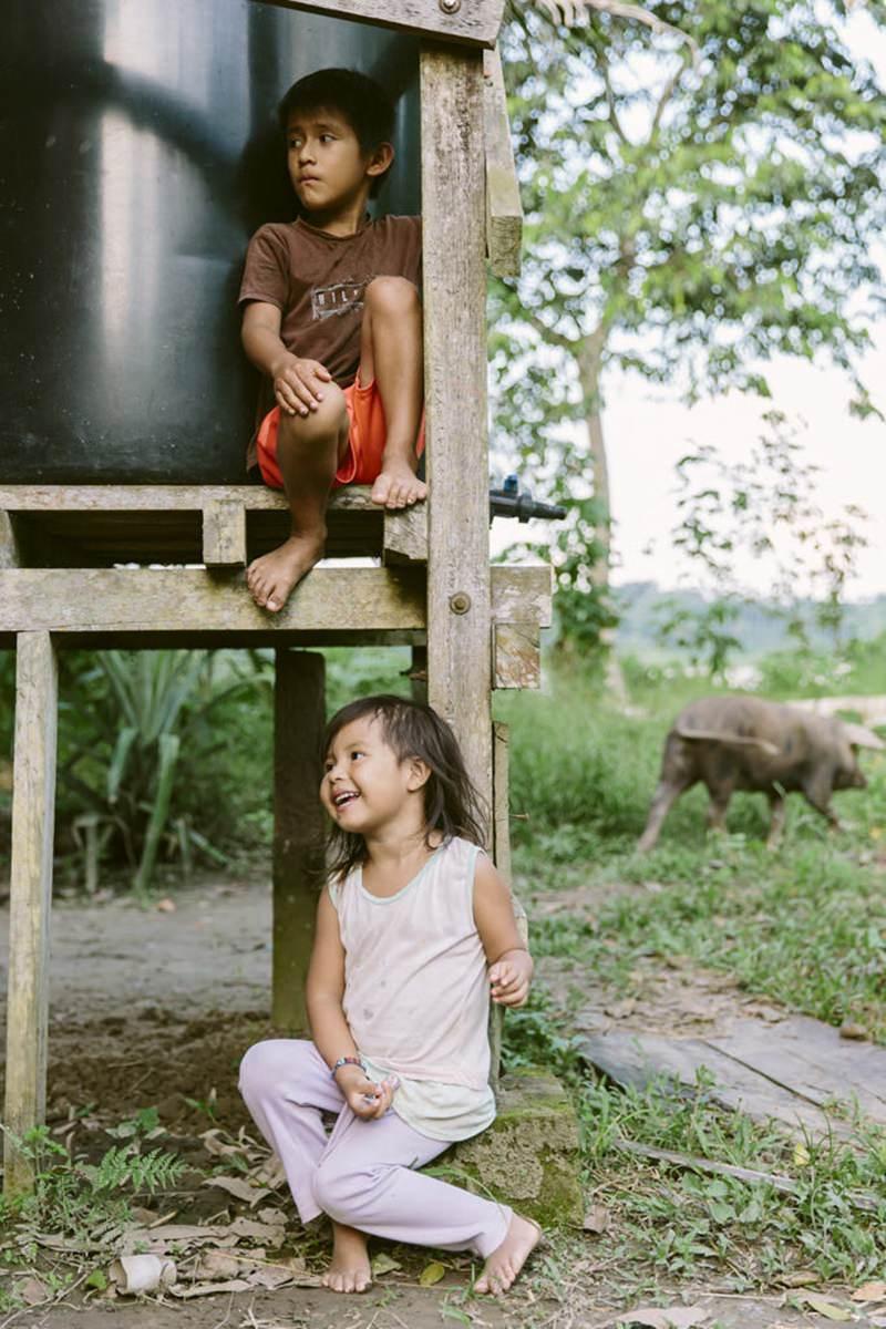 indigene Kinder spielen in ihrem Dorf im Regenwald von Ecuador | Foto von NGO Fotografin Hanna Witte