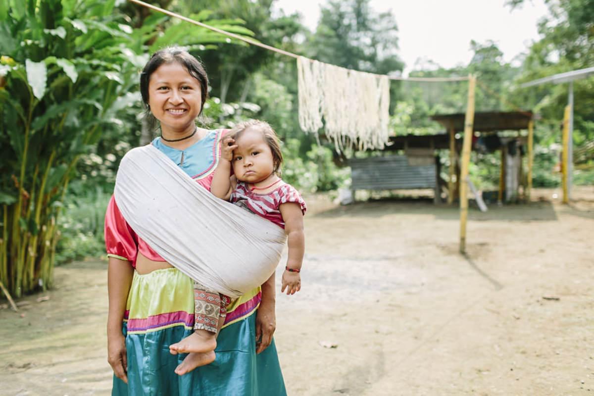 Portrait einer indigenen Frau, die ihre Tochter trägt | | Foto von NGO Fotografin Hanna Witte