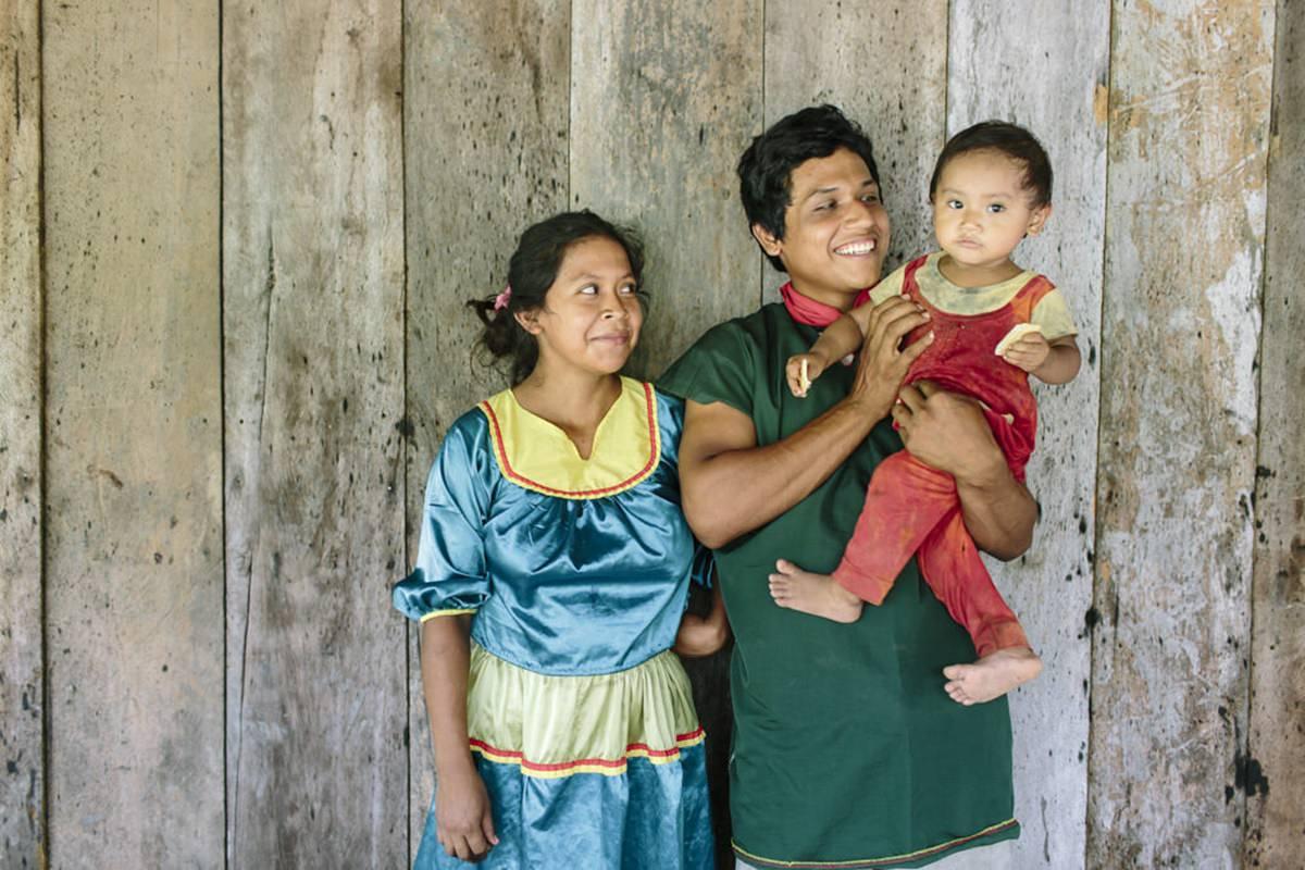 Portrait einer indigenen Familie aus dem Regenwald in Ecuador | Foto von NGO Fotografin Hanna Witte