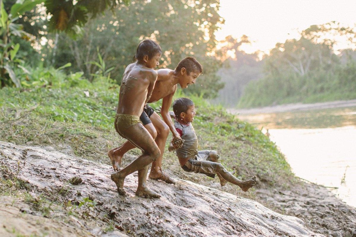 indigene Kinder spielen am Amazonas in Ecuador | Foto von NGO Fotografin Hanna Witte