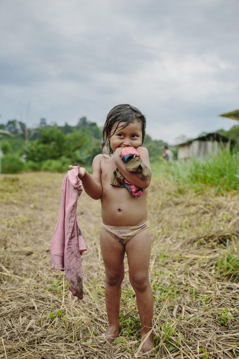 Portraitfoto von einem indigenen Mädchen im Regenwald von Ecuador | fotografiert von Hanna Witte