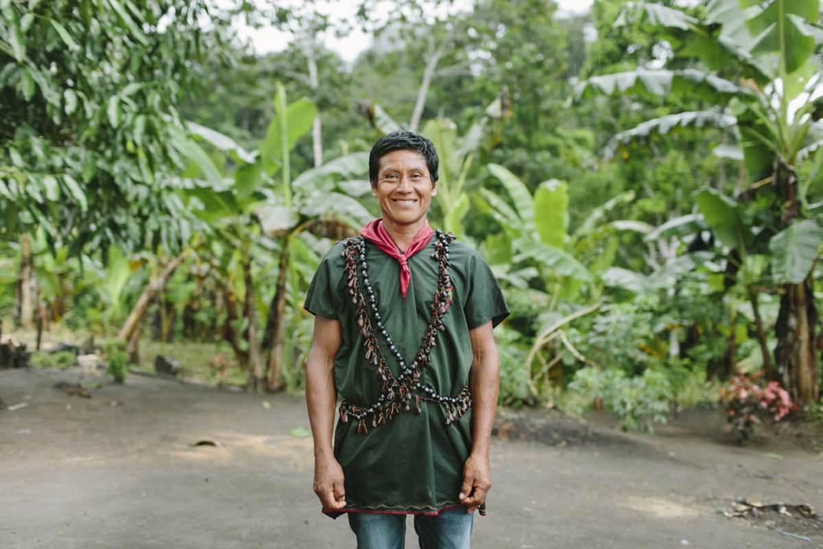 Portrait eines indigenen Mannes im Regenwald von Ecuador | Foto von NGO Fotografin Hanna Witte