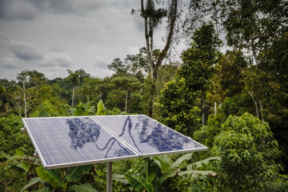 eine Solar-Anlage im Regenwald von Ecuador | Foto von NGO Fotografin Hanna Witte