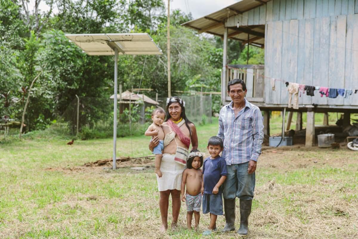 Portrait einer indigenen Familie in ihrem Dorf in Ecuador | Foto von NGO Fotografin Hanna Witte
