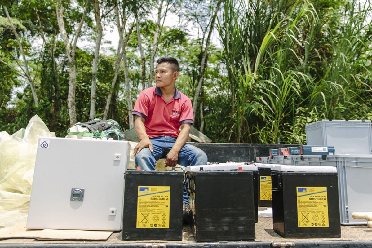 ein indigener Mann mit den Bestandteilen einer Solar-Anlage | Foto von NGO Fotografin Hanna Witte