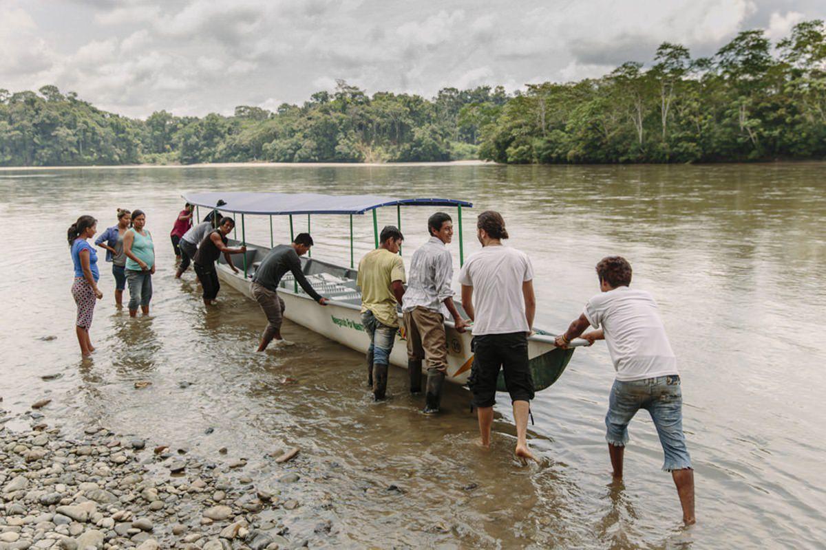 ein indigenes Vol aus Ecuador nimmt die Teile einer Solar-Anlage entgegen | Foto von NGO Fotografin Hanna Witte