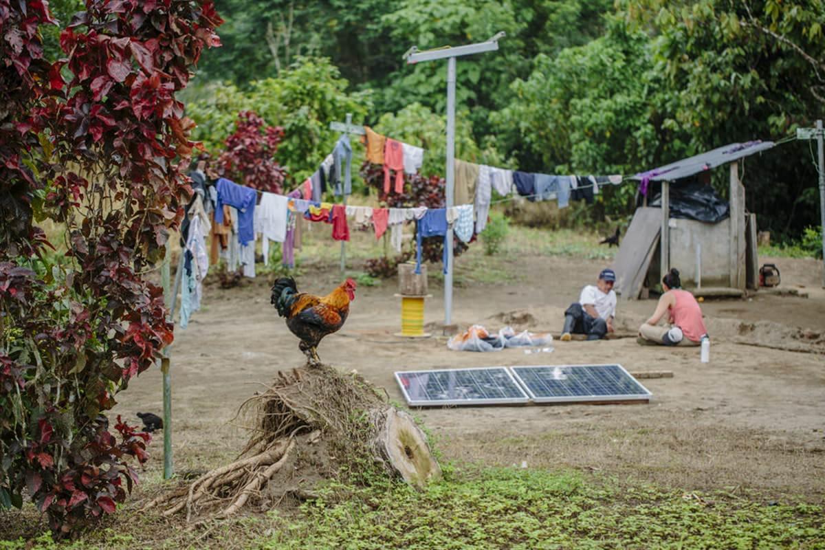Teile einer Solar-Anlage liegen vor dem Zusammenbau in einem Dorf in Ecuador | Foto von NGO Fotografin Hanna Witte