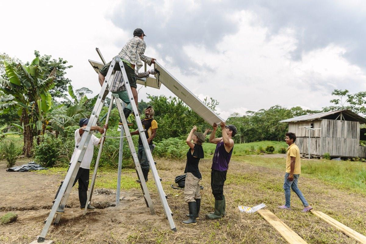 indigene Völker bauen mit der Hilfsorganisation LOVE FOR LIFE eine Solar-Anlage | Foto von NGO Fotografin Hanna Witte