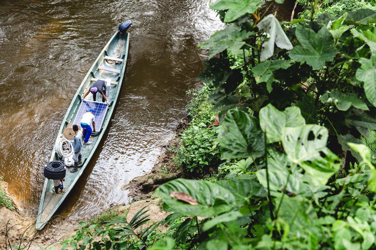 Teile einer Solar-Anlage werden mit einem Boot über den Amazonas gebracht | Foto von NGO Fotografin Hanna Witte