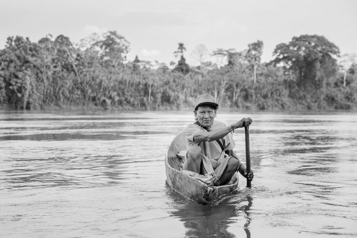 ein indigener Mann fährt mit seinem Boot über den Amazonas | Foto von NGO Fotografin Hanna Witte