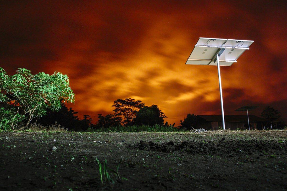 eine Solar-Anlage bei Sonnenuntergang in einem Dorf in Ecuador | Foto von NGO Fotografin Hanna Witte
