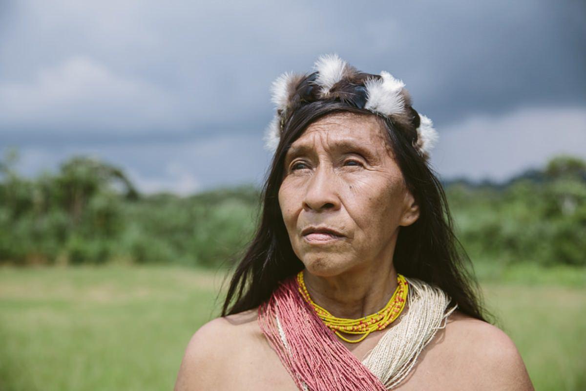 Portrait eines indigenens Mannes mit traditionellem Haarschmuck | Foto von NGO Fotografin Hanna Witte