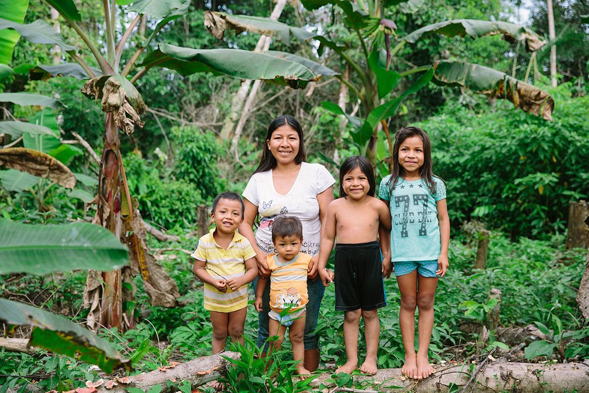 Portrait einer indigenen Frau mit ihren Kindern im Regenwald von Ecuador | Foto von NGO Fotografin Hanna Witte