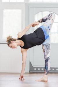Foto von Yogalehrerin Alexandra Harfield, die eine Yoga Pose macht