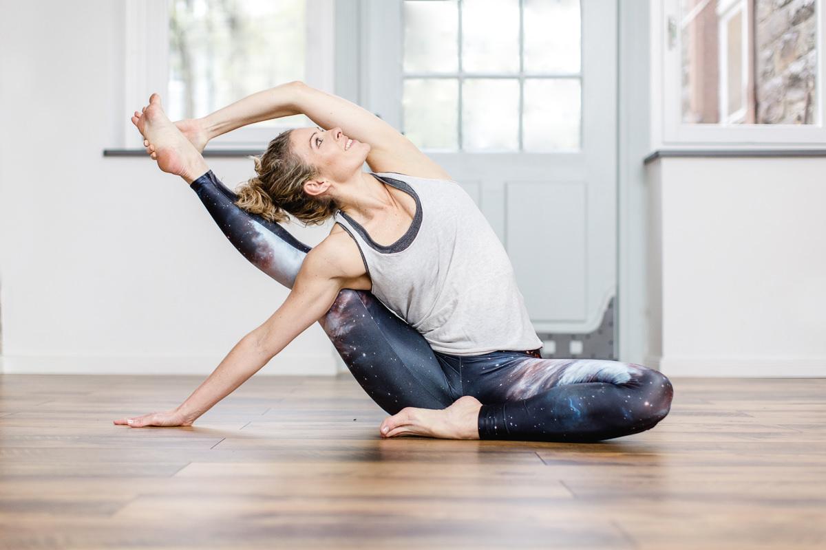 Portrait von Yogalehrerin Alexandra Harfield bei einer Yoga Pose