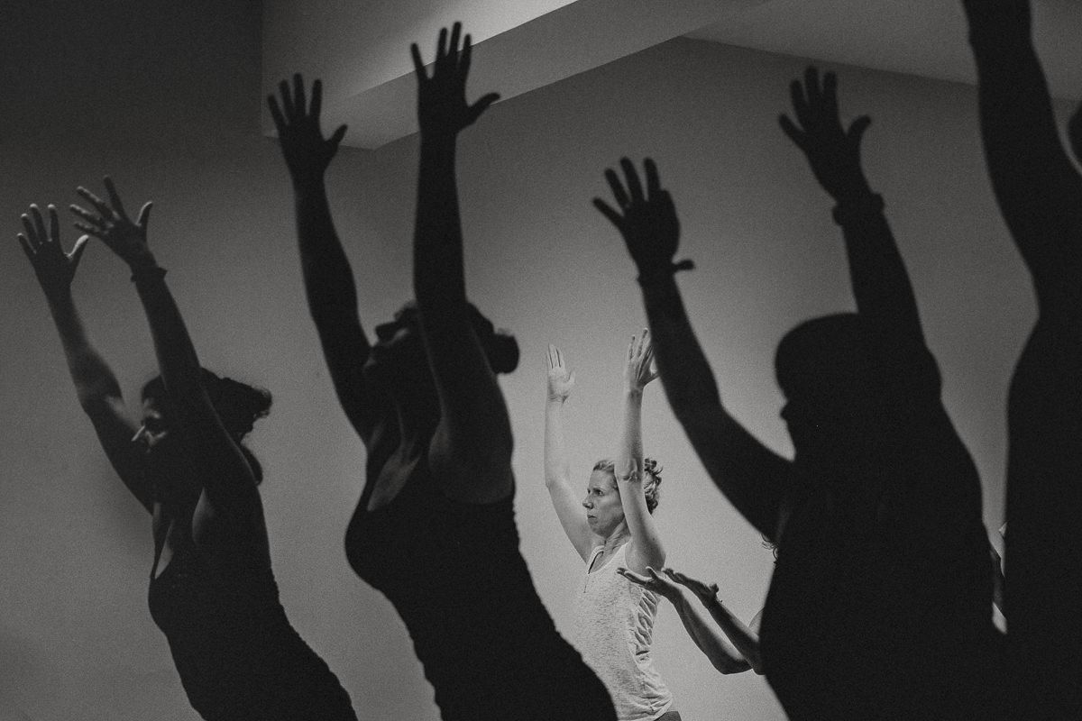 schwar weiss Bild von Teilnehmern der Yoga Conference Germany beim Yoga