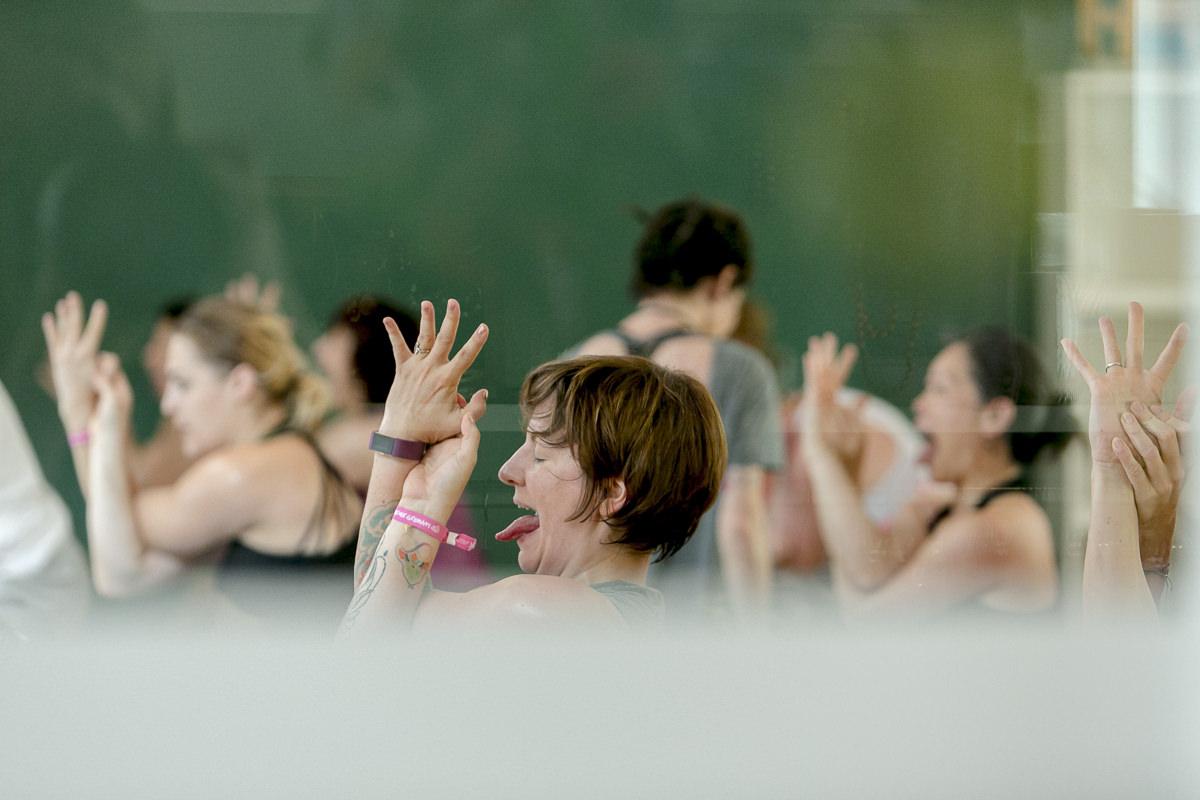 Teilnehmer eines Yoga Kurses bei der Yoga Conference Germany