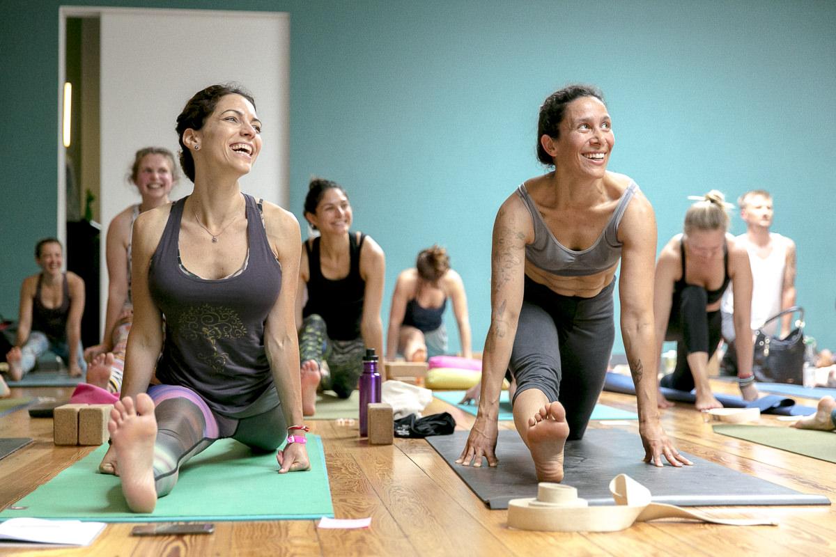 Teilnehmerinnen der Yoga Conference Germany bei einem Yogakurs