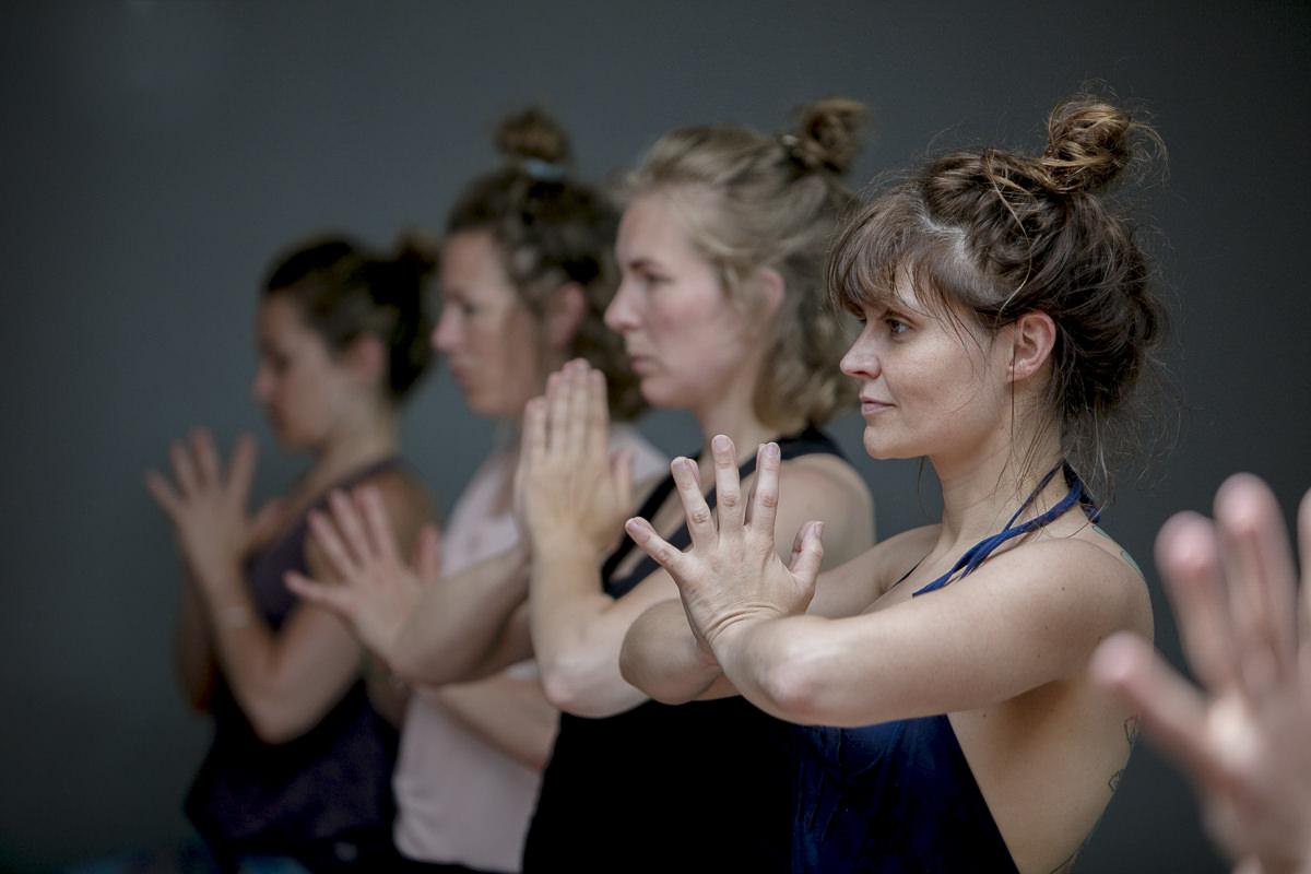 Kursteilnehmer in Yogapose bei der Yoga Conference Germany