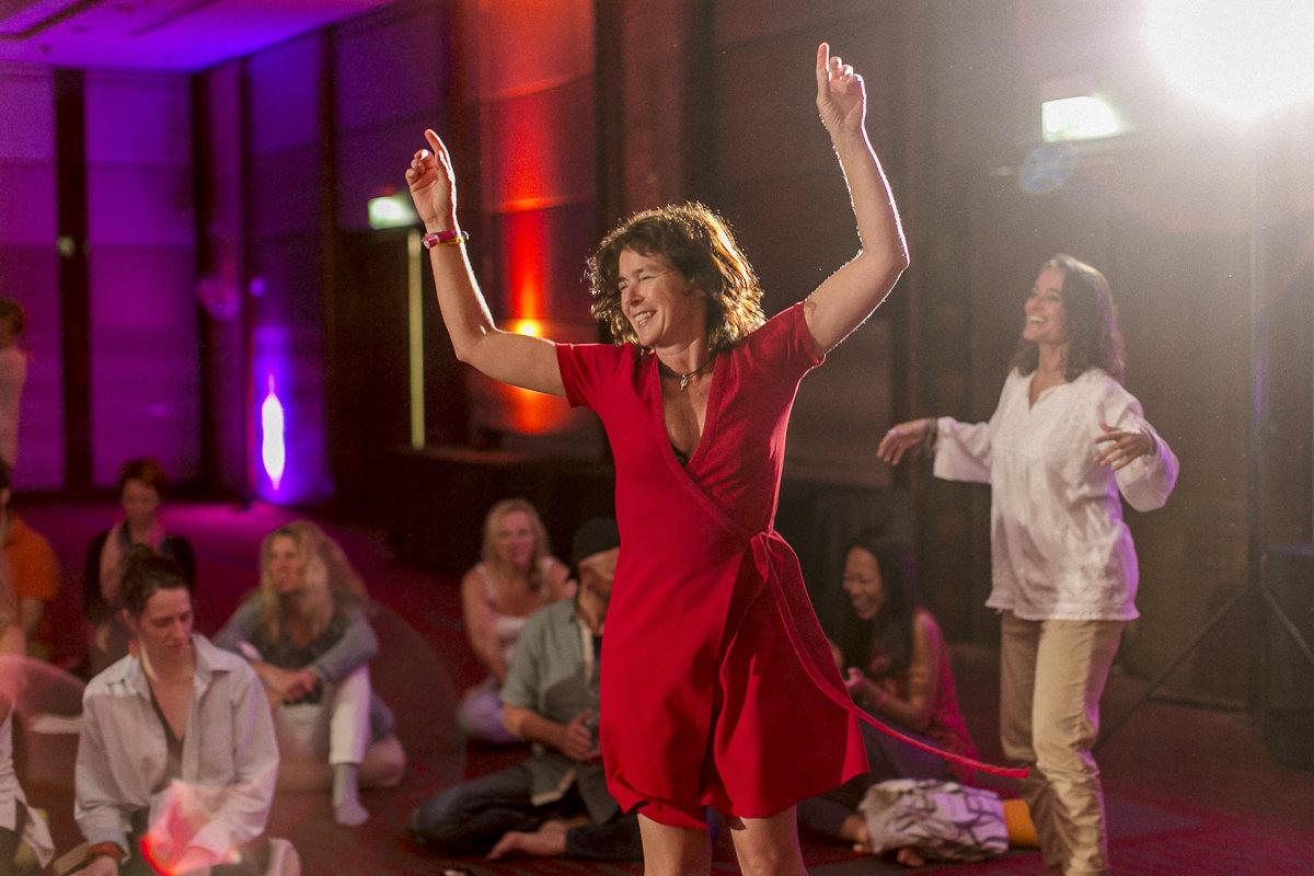 Teilnehmer tanzen während der Yoga Conference Germany 2018