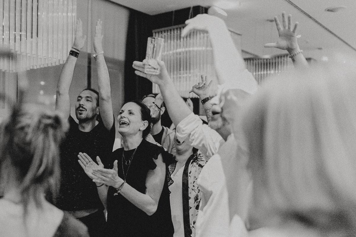 Teilnehmer der Yoga Conference Germany 2018 klatschen ausgelassen