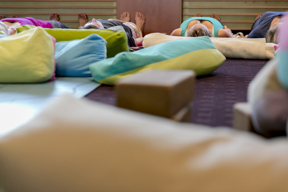 Teilnehmer der Yoga Conference Germany 2018 ruhen sich aus